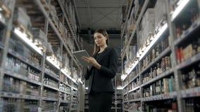 Venda, compra, consumição e conceito dos povos - próximo acima da jovem mulher com o computador do PC da tabuleta no mercado, sup Fotografia de Stock