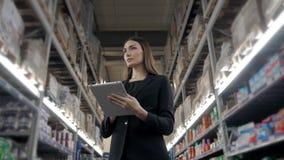 Venda, compra, consumição e conceito dos povos - próximo acima da jovem mulher com o computador do PC da tabuleta no mercado, sup Imagens de Stock Royalty Free