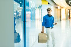 Venda, consumição e conceito dos povos - sagacidade asiática nova feliz do homem imagens de stock