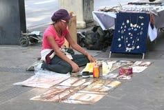 Venda da menina suas pinturas em uma rua no Sao Paolo Fotos de Stock Royalty Free