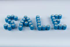 A venda da palavra consiste em barris do loto com números no fundo branco Fotos de Stock Royalty Free
