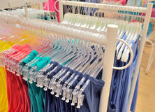 Venda da roupa para mulheres na loja Imagem de Stock Royalty Free