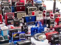 Venda da rua de rádios portáteis a pilhas do estilo do vintage no centro da cidade de Cali foto de stock