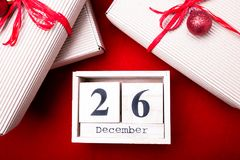 Venda da São Estêvão Calendário com data no fundo vermelho Conceito do Natal 26 de dezembro Bola e presentes do Natal Vista super Imagens de Stock Royalty Free