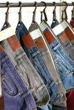 Venda das calças de brim na loja Foto de Stock