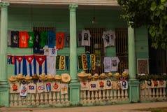 Venda das lembranças: t-shirt, chapéus, tampões, sacos, bandeira de Cuba, retrato de Che Guevara Santa Clara, Cuba Imagens de Stock