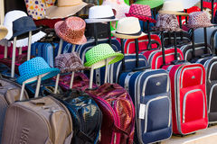 Venda das malas de viagem e dos chapéus Fotos de Stock Royalty Free