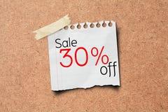 venda de 30% fora do borne do papel da promoção na placa da cortiça Foto de Stock