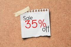 venda de 35% fora do borne do papel da promoção na placa da cortiça Fotografia de Stock