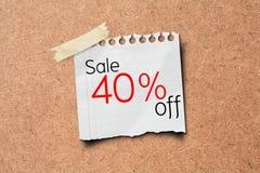 venda de 40% fora do borne do papel da promoção na placa da cortiça Imagem de Stock Royalty Free