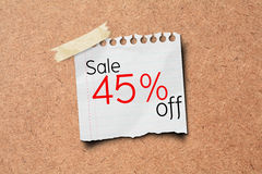 venda de 45% fora do borne do papel da promoção na placa da cortiça Foto de Stock