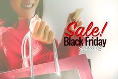 Venda de Black Friday, saco de compras feliz da posse da menina fotografia de stock royalty free