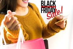 Venda de Black Friday, saco de compras feliz da posse da menina imagens de stock royalty free