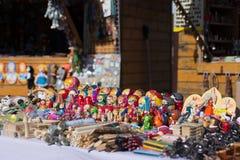 Venda de bonecas de madeira pintadas fotos de stock royalty free