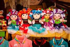 Venda de bonecas mexicanas coloridas bonitas em Xohimilco, México Imagem de Stock