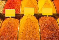 Venda de diversas especiarias no bazar árabe fotografia de stock