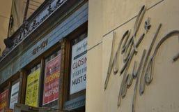 Venda de fechamento do sinal da loja do senhor & do Taylor New York Flagship Manhattan fora dos cartazes do negócio fotos de stock royalty free