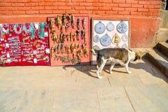 Venda de lembranças feitos a mão, Kathmandu, Nepal fotos de stock