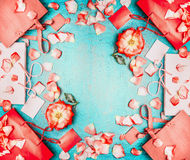 Venda de negócio do verão Sacos de compras de papel vermelhos com as flores vermelhas no fundo chique gasto de turquesa azul, vis Fotos de Stock
