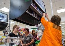 Venda de produtos de cigarro da caixa fechado no supermercado fotos de stock royalty free