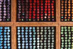 Venda do mercado - anéis coloridos do vidro e da resina com grânulos fotos de stock royalty free