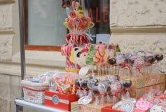 Venda dos doces em varas na janela na rua Lviv, February2017 Leopolis marcypany de Lwiwski, Roks Imagens de Stock Royalty Free