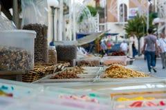 venda dos petiscos em uma tenda durante um santo padroeiro imagens de stock