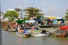 Venda dos vendedores no mercado de flutuação de Cai Rang Imagem de Stock Royalty Free