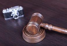 Venda em hasta o martelo, o símbolo da autoridade e a câmera do vintage Fotografia de Stock Royalty Free