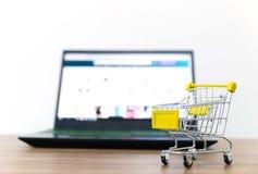 Venda em linha do carro do shopping da conveniência do comércio eletrónico imagens de stock