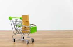 Venda em linha do carro do shopping da conveniência do comércio eletrónico imagens de stock royalty free