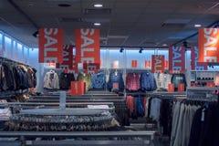 Venda em uma loja de roupa, interior da loja de roupa Fotografia de Stock Royalty Free