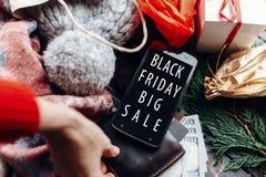 Venda grande preta de sexta-feira mão na carteira oferta especial d do Natal Foto de Stock