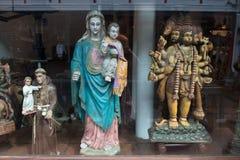 Venda justa dos acessórios para a decoração das igrejas: Esculturas do católico, do cristão e do hindu dos deuses junto, Cochin,  Imagem de Stock