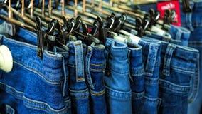 Venda na loja, calças de brim, tela, calças, americano fotos de stock
