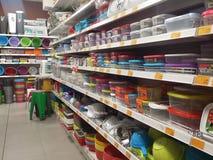 Venda no shopping de produtos do agregado familiar, bacia plástica a venda em uma alameda, supermercado, artigos do agregado fami Imagem de Stock Royalty Free