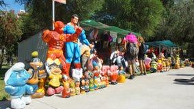 Venda popular dos manequins feitos do papel de jornal para comemorar o ano novo no La Carolina Park na área norte da cidade Foto de Stock