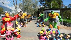 Venda popular dos manequins feitos do papel de jornal para comemorar o ano novo no La Carolina Park na área norte da cidade Fotos de Stock Royalty Free
