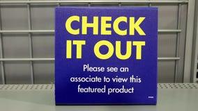 Venda preta da sexta-feira de Best Buy com verificação que assina para fora video estoque