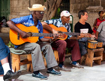 Venda que juega música tradicional en La Habana vieja Imagenes de archivo