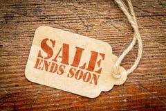 A venda termina logo o sinal no preço fotografia de stock royalty free