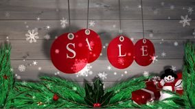 A venda vermelha etiqueta a suspensão contra a madeira com as decorações festivas ilustração do vetor