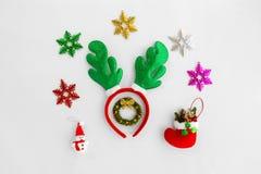 Venda y ornamentos del reno de la Navidad en el fondo blanco Imagen de archivo libre de regalías