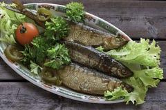 Vendace aan perfectie wordt en met salade en peterselie wordt gediend gerookt die die Royalty-vrije Stock Fotografie