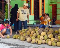 Vendant, achetant et appréciant le fruit de durian Photos stock
