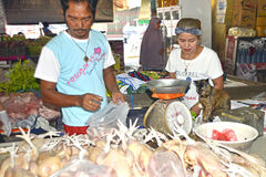 Vendant le poulet les jambes à la PA de takua lancent la Thaïlande sur le marché Image stock