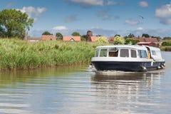 Vendas contratadas do barco no canal no Norfolk Broads Imagens de Stock