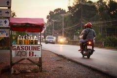 Vendas da gasolina perto da estrada imagens de stock