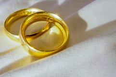 Vendas de boda del oro imagen de archivo