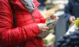 Vendas de vegetais e de frutos frescos e orgânicos no mercado verde ou no mercado dos fazendeiros em Belgrado durante o fim de se imagens de stock
